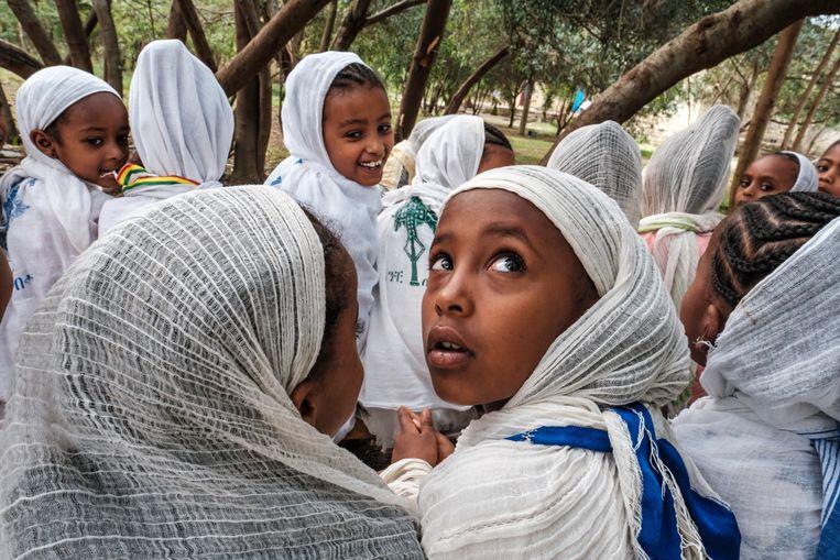 Godsdienstles in de tuin van de kathedraal van de heilige Chirkos in Mekelle. Tigray wordt gezien als de bakermat van de  Ethiopische orthodoxie. Beeld Eduardo Soteras Jalil