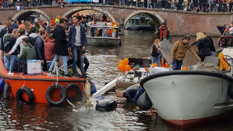 Toen de brandweer bij de boot aankwam, waren de opvarenden al op de kant gekomen. Beeld -