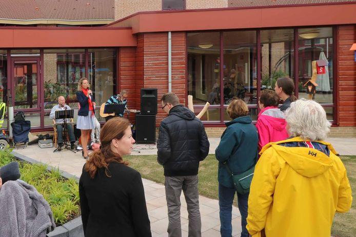 De opening van belevingstuin Mariaoord door Hanneke Beekers van Vivent.
