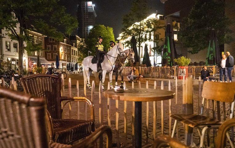Politie te paard in het centrum van Utrecht. Sinds zaterdag moet de horeca om 00.00 uur dicht zijn. Beeld ANP