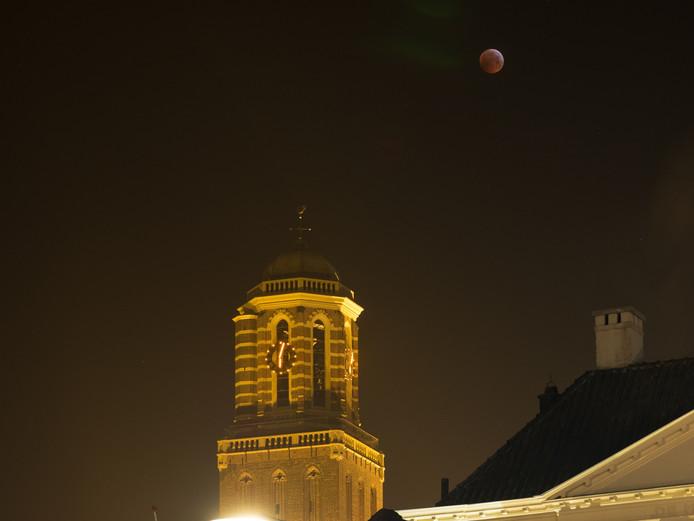 De bloedmaan gefotografeerd in Zwolle