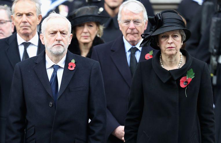 Corbyn en May samen op een herdenking voor de Eerste Wereldoorlog. Kunnen ze vandaag de strijdbijl begraven op zoek naar een compromis? Beeld Getty Images