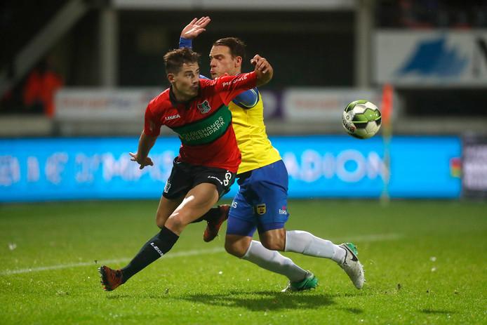 NEC'er Sven Braken omspeelt Robbert Schilder in de thuiswedstrijd tegen Cambuur eind 2017.