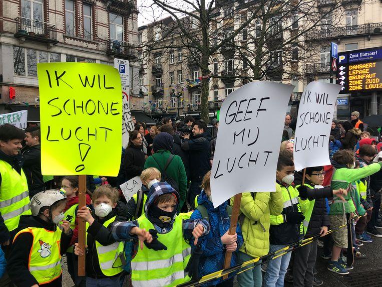 Ouders en kinderen voeren actie voor propere lucht aan hun school in Brussel.  Beeld BELGAONTHESPOT