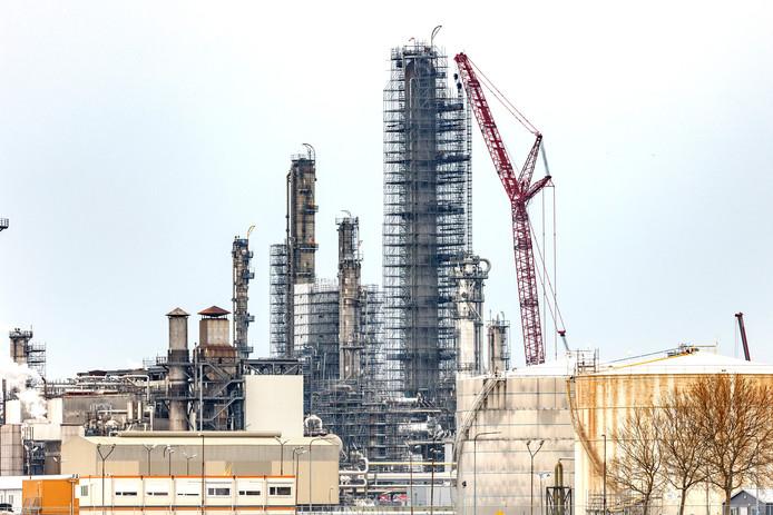 Fabriek Shell in de steigers.