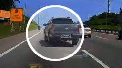 Roekeloze chauffeur rijdt motorrijder overhoop