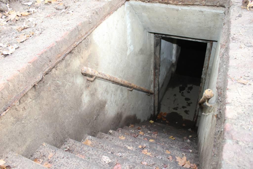 De ingang van de schuilkelder