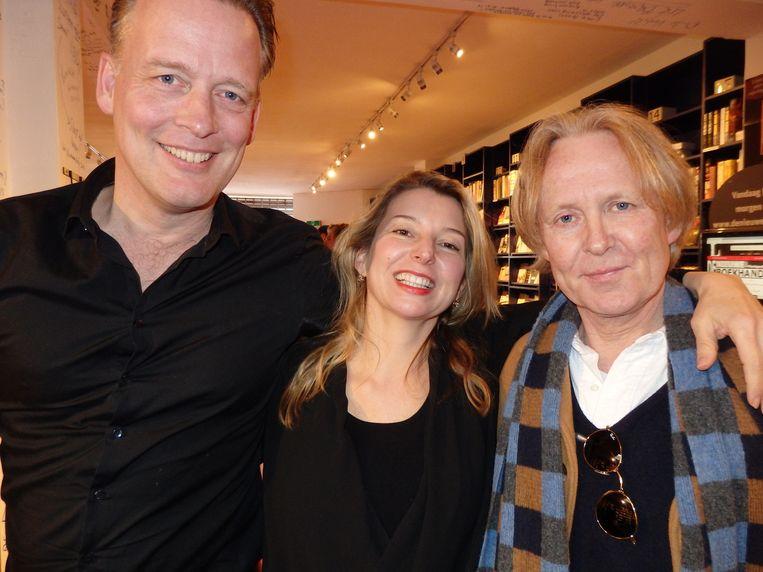 Erik Jan Harmens (l) en Esther J. Ending lazen voor uit nieuw werk en Thomas Rosenboom kwam luisteren. Beeld -