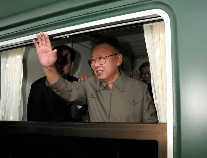 Kim Jong-Il in mei 2010, wuivend vanuit de trein na zijn vijfdaagse bezoek aan China.