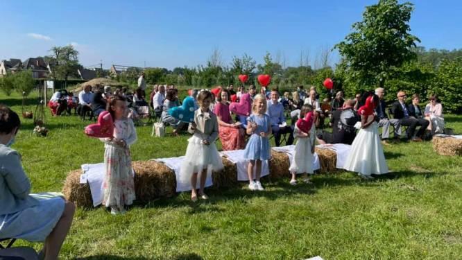 Leerlingen basisscholen De Krekel en De Zilverberk doen communie in openlucht onder stralend zonnetje