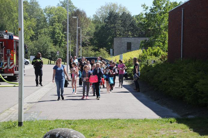 Brand in sporthal Noord-Westerhal in Zoetermeer maakt evacuatie van kinderen nodig.