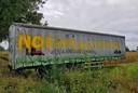 Boeren hebben een beschilderde trailer langs de N65 bij Oisterwijk gezet