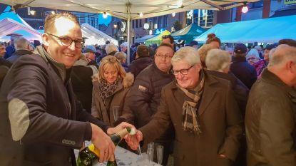 Stijn Raeymaekers schenkt mee cava uit op nieuwjaarsdrink