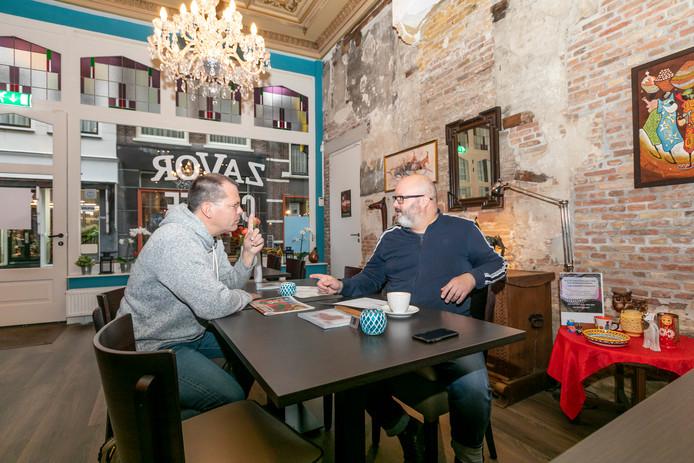 Anton Gerla (links) en Edwin Spek bespreken de laatste details van het Suikerzoet Filmfestival in een van de nieuwe locaties: Zavor.
