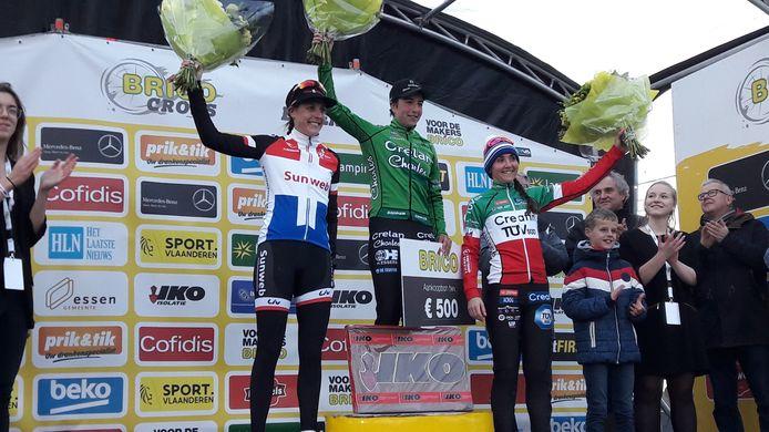 Maud Kaptheijns zwaait is Essen blij en opgelucht met de overwinningsbloemen. Links nummer twee Lucinda Brand. Rechts nummer drie Eva Lechner.