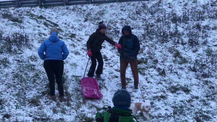 Ondanks weinig sneeuw kon men toch met de slee de helling af. En de hond mag mee.