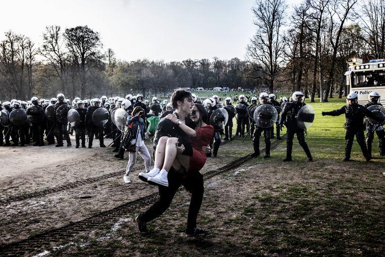 Rellen in het Terkamerenbos nadat duizenden jongeren kwamen opdagen voor een nepevent. Beeld Franky Verdickt