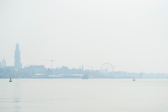 Veel rook in Antwerpen na grote brand in Brecht.