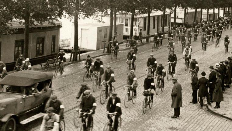 Fietsers vertrekken vanaf de Weesperzijde voor de 24 uursrit door Nederland uitgeschreven door Olympia Beeld Collectie Spaarnestad
