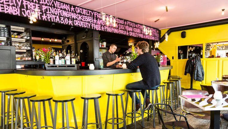 Het bruincafé-interieur heeft plaatsgemaakt voor knalgele muren en een roze plafond Beeld Tammy van Nerum
