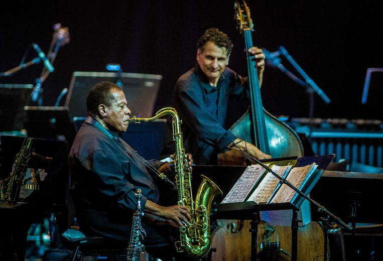 De Amerikaanse saxofonist Wayne Shorter, geflankeerd door bassist John Patitucci  tijdens North Sea Jazz in Ahoy Rotterdam. Beeld ANP