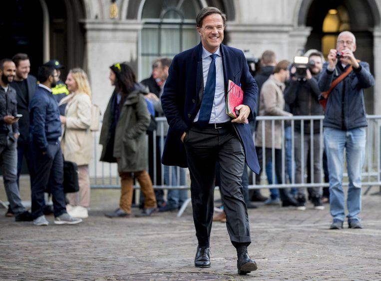 Mark Rutte verlaat het Binnenhof na de gesprekken met informateur Gerrit Zalm. De onderhandelaars van VVD, CDA, D66 en de ChristenUnie zetten maandag de laatste kleine puntjes op de i. Dan gaat het regeerakkoord naar de fracties. Beeld ANP