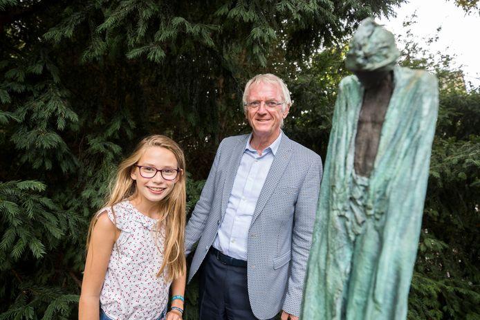 Frans Smeels en Julia Dekker bij één van de beelden in het Walkartpark.