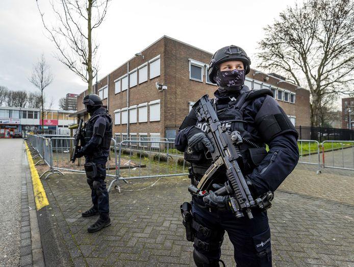 Zwaarbewapende agenten bewaken de rechtbank in Amsterdam Osdorp.