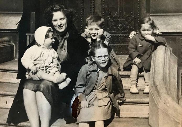Moeder Van der Velde, met vier van de vijf kinderen Marry, Leo, Babs en Frances.