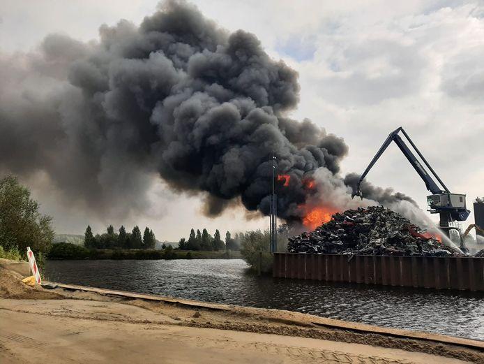 De brand en de enorme rookwolk bij Avi in Den Bosch zijn in de wijde omgeving te zien.