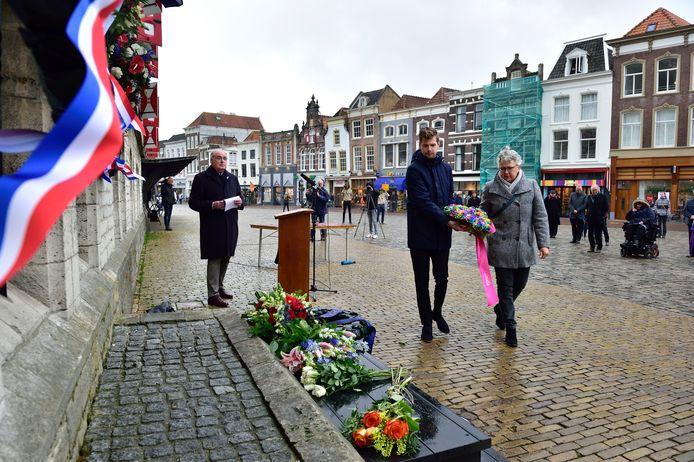 Vertegenwoordigers van de Regenboogalliantie en burgemeester Pieter Verhoeve legden een krans in Gouda.