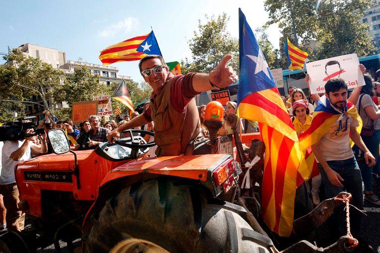 Catalanen in Barcelona maken zich op voor het referendum over onafhankelijkheid zondag. Beeld AFP