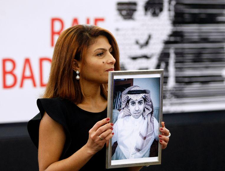 Ensaf Haidar met een portret van haar echtgenoot, de Saoedische blogger Raif Badawi.  Beeld AP