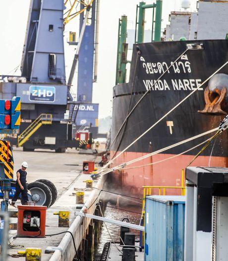 Korte, felle brand in vrachtschip in de zeehaven van Dordrecht