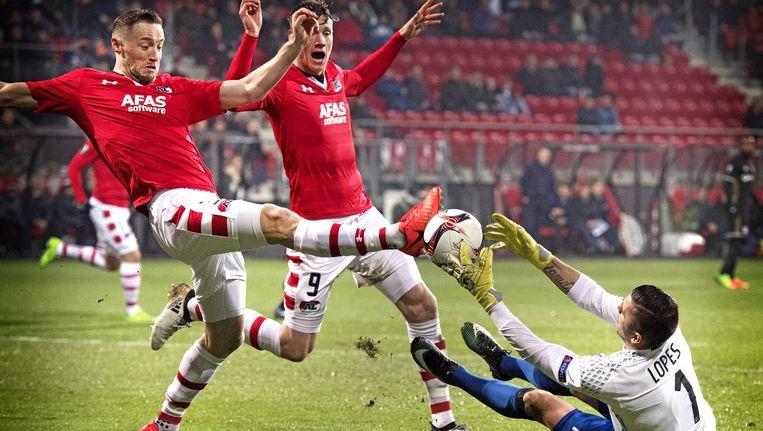 Rens van Eijden (L), Wout Weghorst van AZ, Lyon-keeper Anthony Lopes Beeld epa