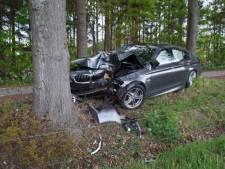 Auto botst tegen boom in Varsseveld, twee gewonden