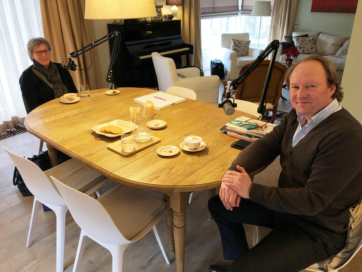 Burgemeester Hein van der Loo tijdens de opnames van zijn podcast met verpleegkundige Betsie de Waard.