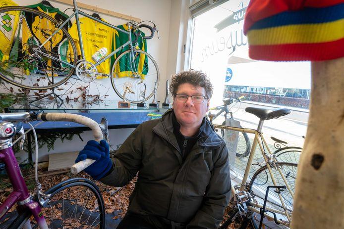 Michiel van den Deijssel in zijn fietsmuseum.