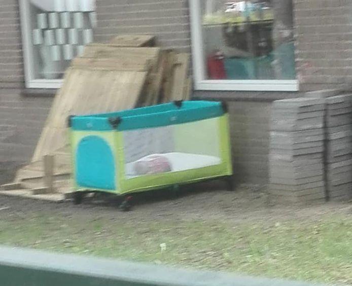 Het ledikant dat buiten stond bij Sam&ko in Colmschate.