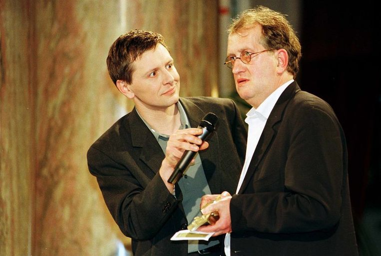 In 1999 in Antwerpen bij het in ontvangst nemen van de Gouden Uil, hem toegekend in de categorie non-fictie voor 'In liefde bloeyende'. Beeld ANP