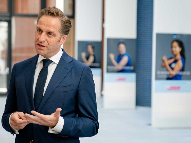 Demissionair Minister Hugo de Jonge van volksgezondheid, welzijn en sport (CDA) staat de pers te woord over het advies van de Gezondheidsraad.  Beeld ANP