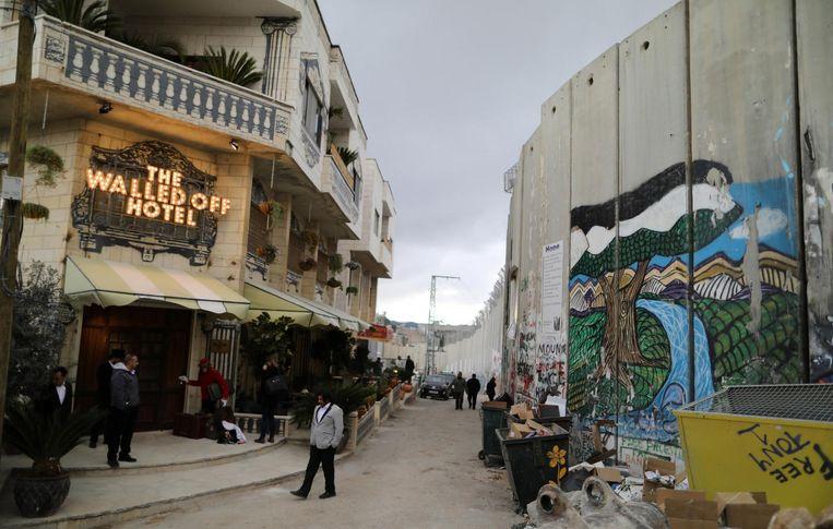 Het hotel is direct naast de muur die de Palestijnse gebieden scheidt van Israël. Beeld null
