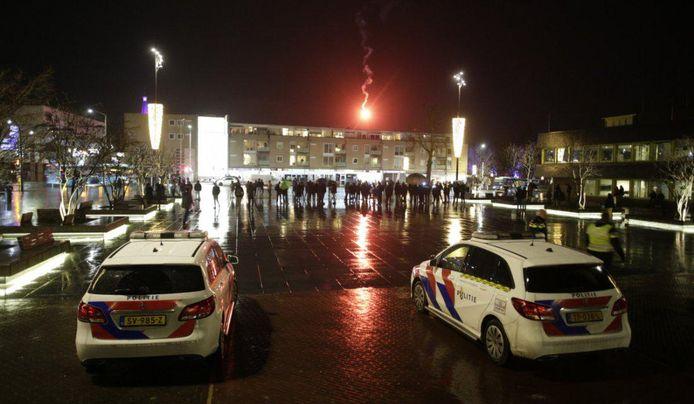 Protest tegen de avondklok op en rond het plein voor het stadhuis in Doetinchem.