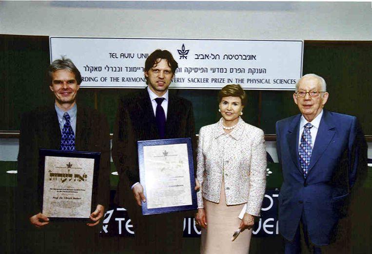 In Tel Aviv, 2002, waar hij samen met Ullrich Steiner van Cambridge University, de Sackler Prize for Physics in ontvangst neemt. Beeld