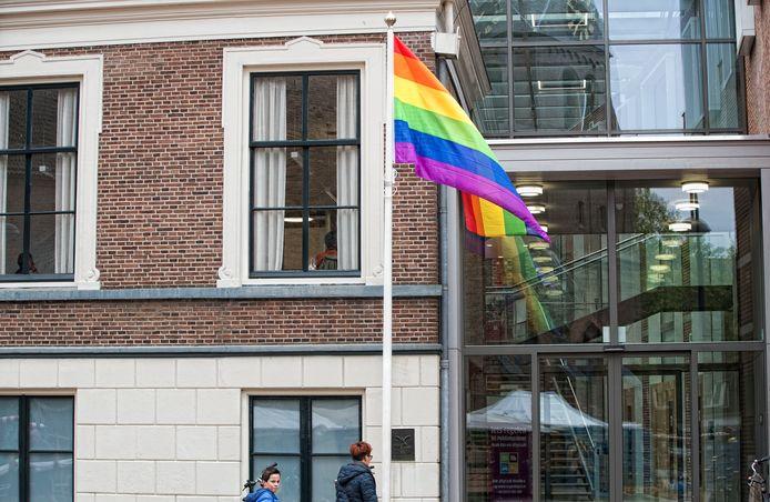In buurgemeente Wageningen wappert de Regenboogvlag op 11 oktober wel, maar in Opheusden niet