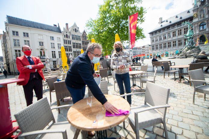 Kennis aan het werk onder goedkeurend oog van Davy Brocatus (links) van Horeca Antwerpen.