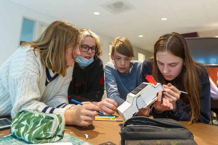 Leerlingen van het Strabrecht College bouwen zonneauto's met hulp van Solarteam van de TU/e.