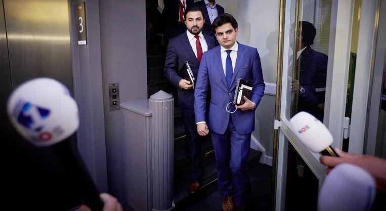 Kuzu en Öztürk worden door de pers opgewacht nadat werd besloten dat zij de Tweede Kamerfractie van de PvdA moeten verlaten. Beeld anp