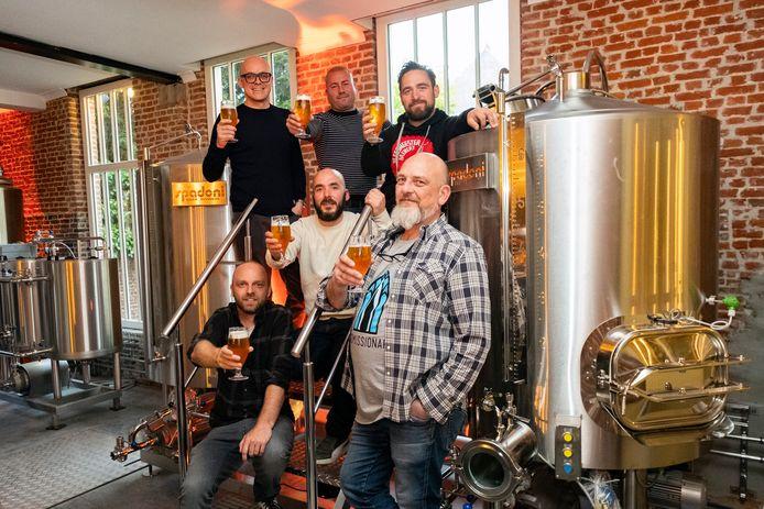 Philippe Geubels en zijn vrienden heffen het glas op De Hoogmis.