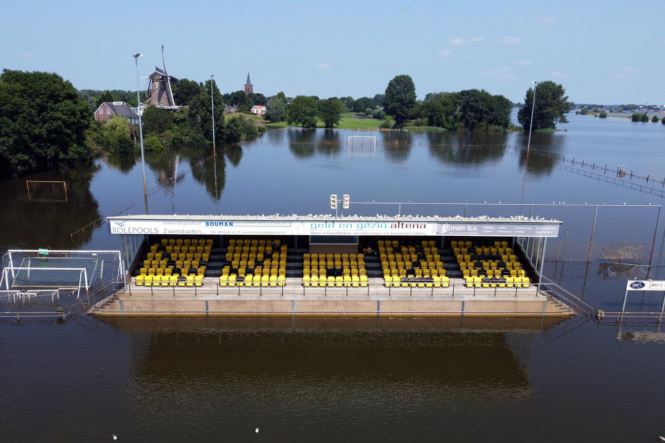 Voetbalveld Wilhelmina in Wijk en Aalburg onder water.
